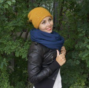 девушк в горчичной шапке и черной куртке