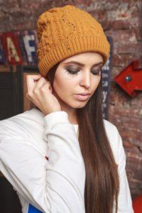 горчичная шапка с белым свитером