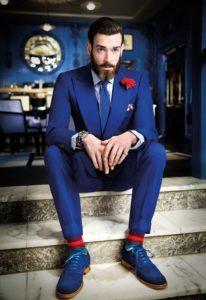 Вечерний образ с синими мужскими туфлями