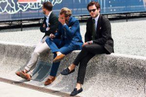 Мужчина в синих туфлях