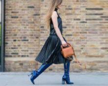синие сапоги с кожаным платьем