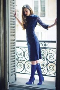 синие сапоги с приталенным платьем