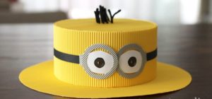 Желтая шляпа с декором очки