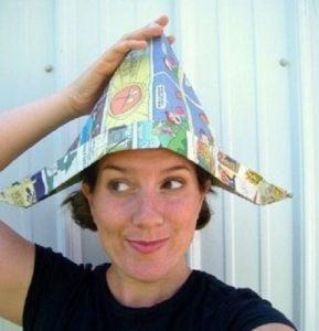 Женщина в газетной шляпе