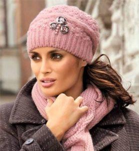 Розовая вязаная шапка со стразами