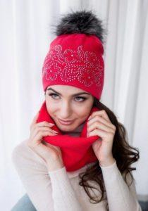 Красная шапка со стразами