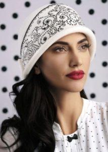 Белая шапка с темным орнаментом