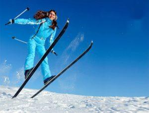 Девушка в лыжном комбинезоне