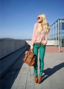 зеленые джинсы и рыжие ботильоны