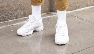 белые мужские носки и спортивный стиль