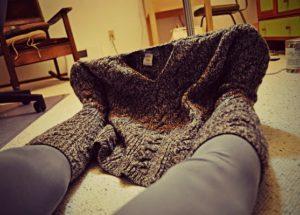 делаем просто носки из старого свитера