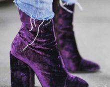фиолетовые сапоги и джинсы