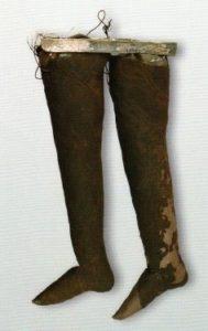 Древние кожаные длинные носки