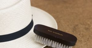 чистка шляпы щеткой