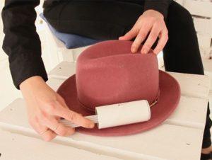 чистка шляпы валиком