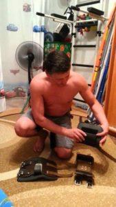 мужчина делает инверсионные ботинки