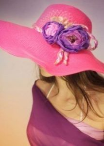 Цветы на розовой шляпе