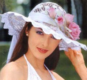 Розовые цветы на белой шляпе