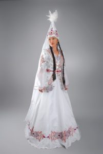 белый казахский костюм