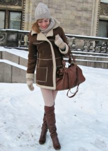 короткая коричневая дублёнка и белые штаны