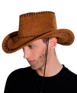 парень в ковбойской шляпе