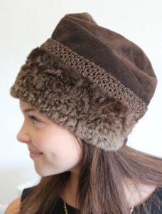 Шоколадная замшевая шапка