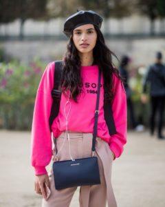 Берет с розовым свитером