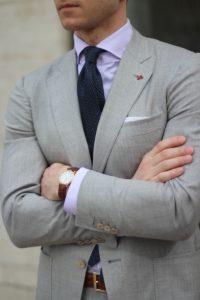 Роскошный серый мужской костюм
