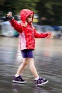 девочка в кроссовках на колесиках