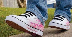 кроссовки на колесиках с джинсами