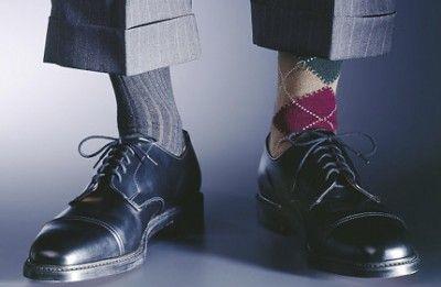 Мужчина в разных носках