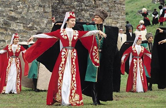 Яркие осетинские наряды