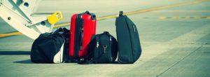 чемоданы на взлетной полосе