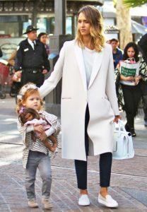 пальто и белые слипоны