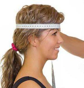 девушке измеряют размер головы
