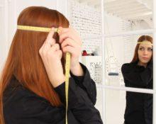 измерение головы перед зеркалом