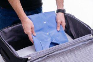 Кладем рубашку в чемодан