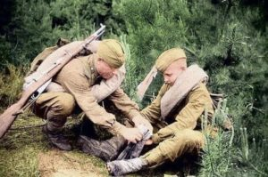 солдаты переодевают сапоги