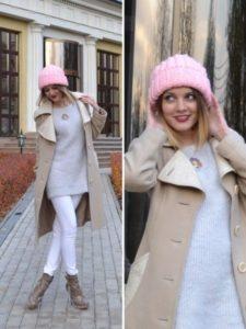 розовая шапка с бежевым пальто