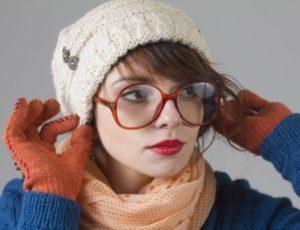 шапка бини и длинная чёлка