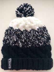 Трехцветная шапка с помпоном