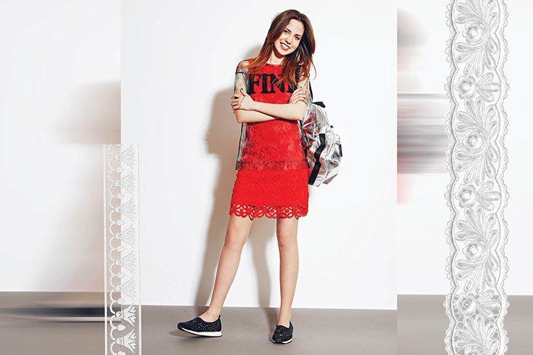 Слипоны с красным платьем