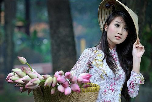 Девушка во вьетнамской шляпе