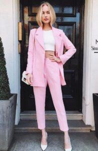 Розовый костюм с укороченными брюками