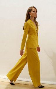 Жёлтый брючный костюм