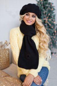 Чёрный берет с шарфом