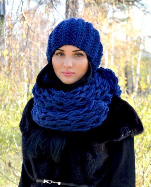 синие шапка и шарф к черному пальто