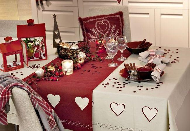Бело-красная скатерть на столе