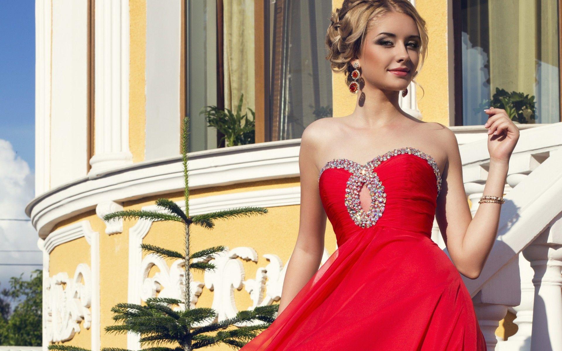 Камни Сваровски на красном платье свадебном