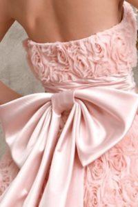 бант на розовом платье